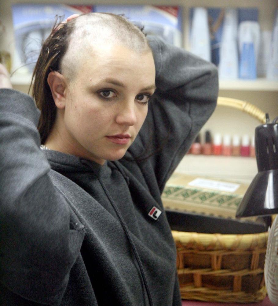 Ca sĩ Britney Spears cạo đầu