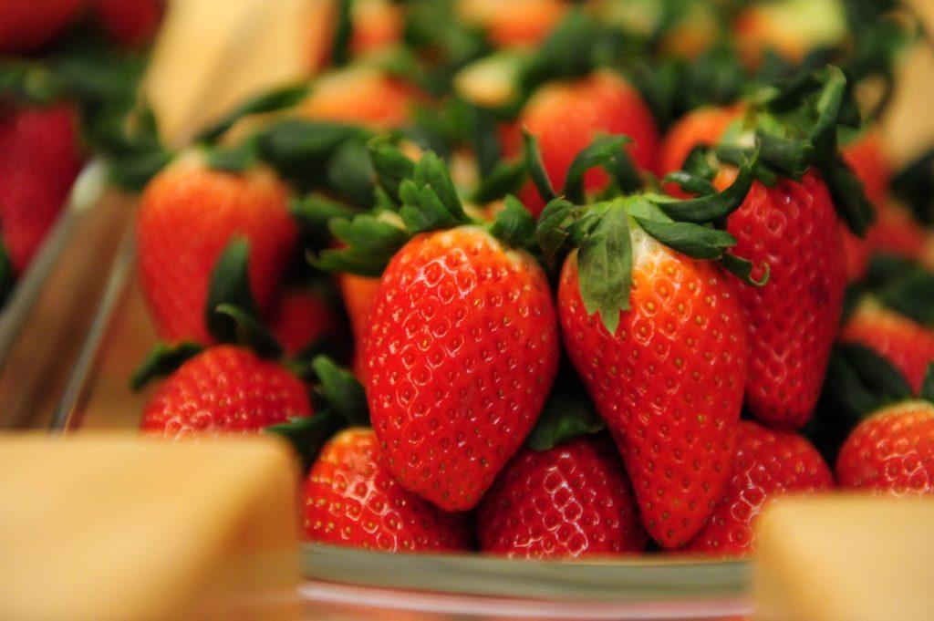 Dâu tây được trồng ở nhà kính thông minh (smart farm) tại Hàn Quốc nên cho trái to, thơm và ngọt hơn.