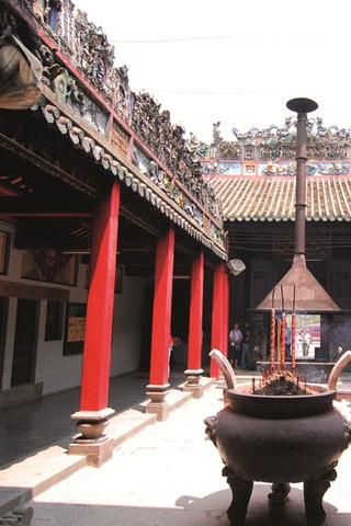 Hội quán Tuệ Thành - Hý tượng trên miếu vũ