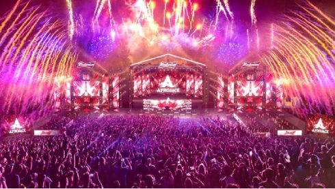 Quá trình thực hiện sân khấu trong hai tháng được tư vấn và giám sát từ các chuyên gia hàng đầu về sự kiện âm nhạc đến từ Hà Lan. Ban tổ chức tiết lộ sân khấu lần này có sức chứa gần 10.000 người, được đầu tư hơn 12 tỷ đồng.