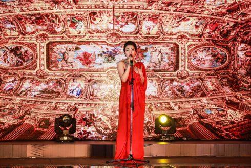 Giọng ca Opera ngọt ngào - ca sĩ Phạm Thu Hà mang đến những ca khúc làm ấm bầu không khí của buổi tiệc.