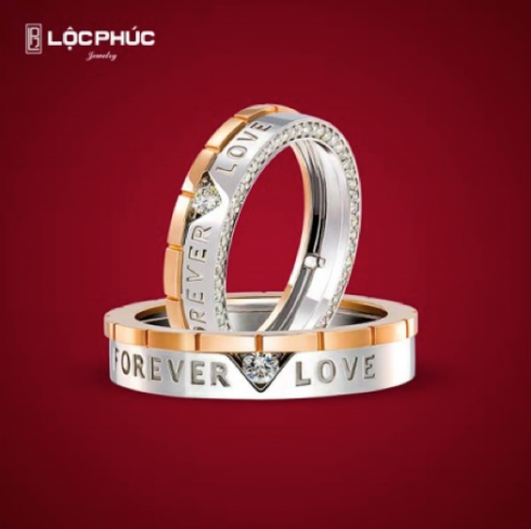 Kiểu nhẫn chữ cầu kỳ cùng dáng vẻ tân thời, Forever love là thiết kế không chỉ có sự chế tác kì công phức tạp mà còn là biểu tượng trường tồn cho thông điệp của tình yêu