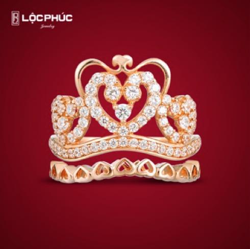 Nhẫn vương miện Miracle Crown là sự kết hợp nhẫn chính cùng nhẫn phụ với nhau tạo nên một cặp nhẫn. Mỗi hoa văn khi chế tác không chỉ tượng trưng cho vẻ đẹp mà còn là phong cách cá tính