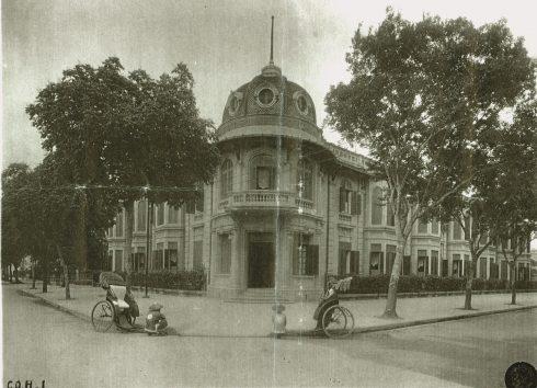 góc đại lộ Carreau và Henri-Rivière (phố Lý Thường Kiệt và phố Ngô Quyên ngày nay). Vào khoảng đầu thế kỷ XX (năm 1917 - 1918), người Pháp đã quyết định xây dựng tại đây một khách sạn 2 tầng, mang đặc trưng kiến trúc của Pháp với tên gọi Le Coq d'Or (Gà Trống vàng)