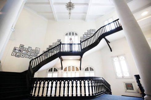 Sảnh khách sạn được mở rộng, số tầng cũng được nâng lên thành 3 tầng, với tổng số 80 phòng nhưng vẫn giữ được những nét đặc trưng vốn có của công trình cổ đầu thế kỷ 20.