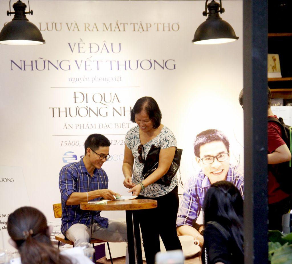 """Nhà thơ Nguyễn Phong Việt ra mắt tập thơ """"Về đâu những vết thương"""" ELLE VN"""