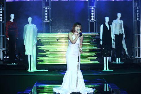 """Nữ ca sĩ Đinh Hương và màn trình diễn bài hát """"So I"""""""