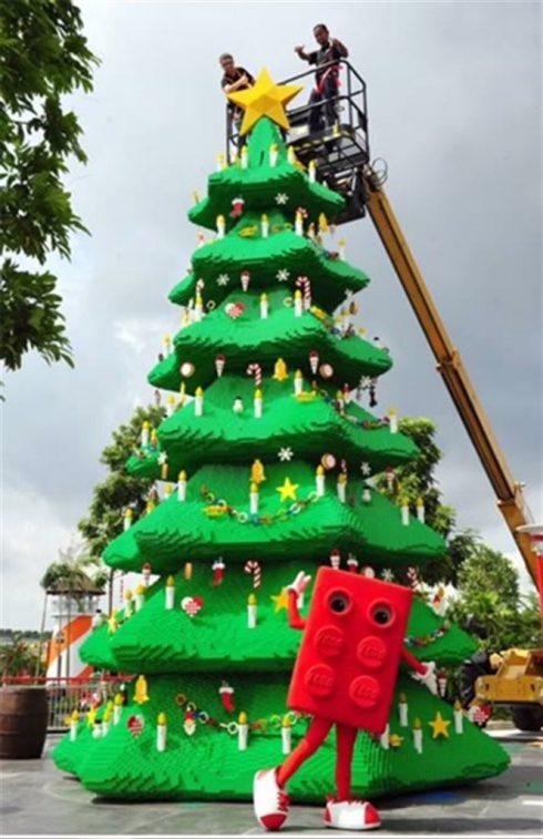 cây thông được xây bằng chính những khối lego