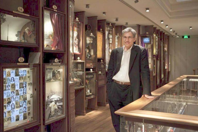 Nhà văn Orhan Pamuk trong Bảo tàng Ngây thơ do chính ông tạo dựng tại khu phố cổ gần con lộ chính nổi tiếng nhất của Istanbul