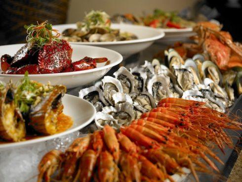 Buffet hải sản với nhiều loại hải sản tươi ngon.
