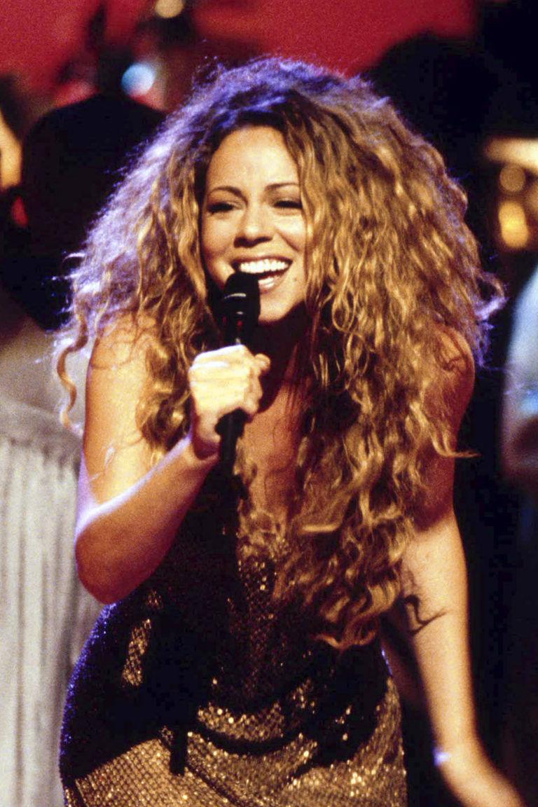 Mariah Carey với mái tóc xoăn nâu