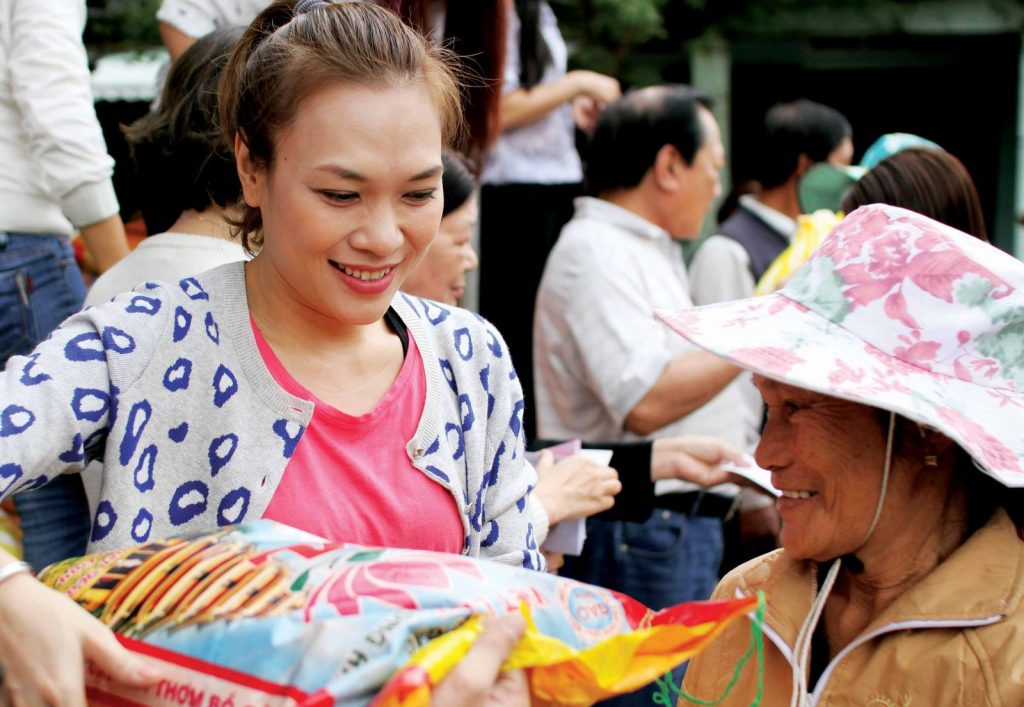 Ca sĩ Mỹ Tâm đi làm từ thiện.