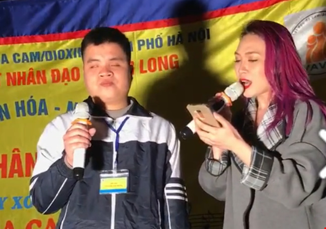 Ca sĩ Mỹ Tâm lên hát trên sân khấu đường phố.