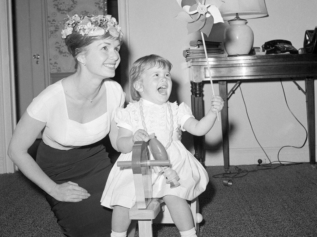 Hai mẹ con Debbie Reynolds và Carrie Fisher - 03