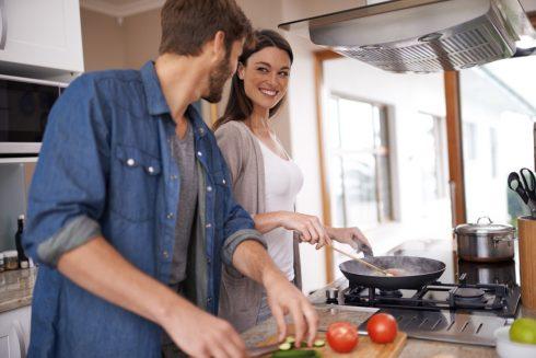 Cặp đôi hạnh phúc nấu ăn