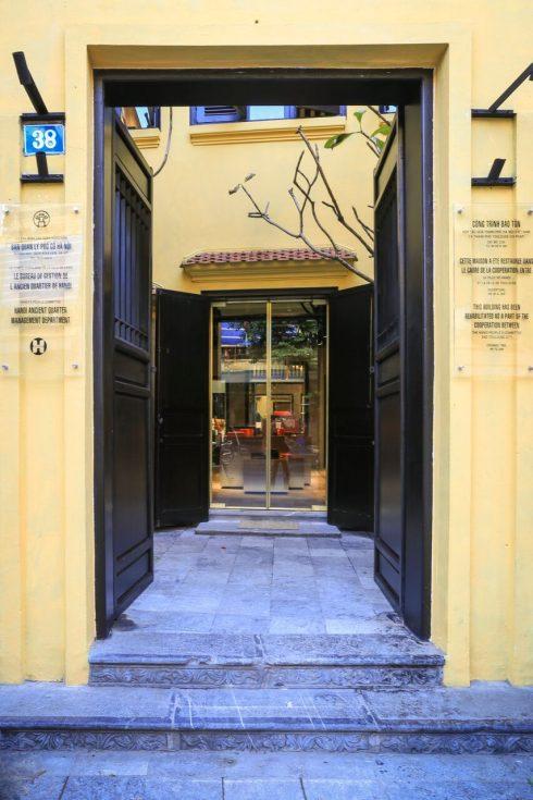 Đình Đồng Lạc tại địa chỉ 38 Hàng Đào vốn là nơi thờ vọng thần Cao Sơn, Linh Lang, Bạch Mã.