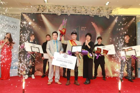 Ông Trần Hoàn Sinh - Tổng Giám đốc công ty CP MP Salonzo và NTM Nguyễn Hồng Phượng trao giải nhất chung cuộc Vòng sơ khảo 2 thuộc về bài dự thi Ánh Bình Minh của thí sinh Đào Mạnh Minh