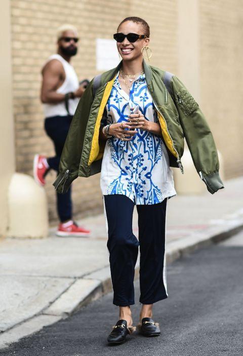 Trong trang phục thường ngày, Adwoa cá tính cùng giày lười Gucci cùng áo bomber jacket