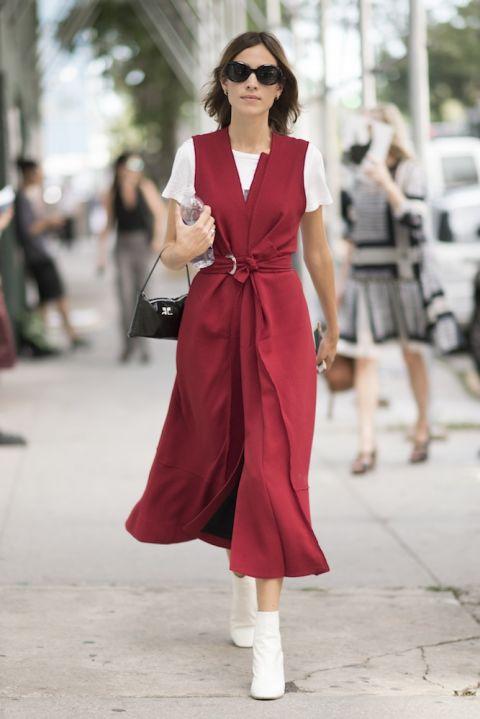 Trong chiếc váy đắp vạt của Proenza Schouler mix cùng áo thun trắng và boot cổ cao cùng màu tại Tuần lễ thời trang New York tháng 9 vừa qua.