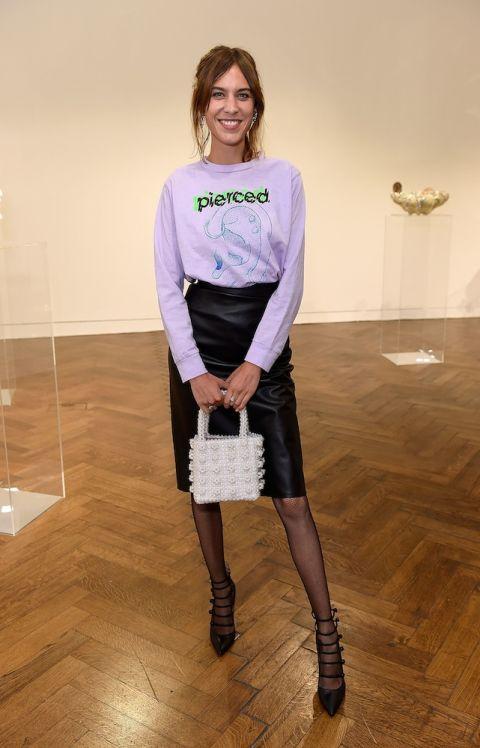Nếu cô gái nào còn băn khoăn những cách kết hợp váy bút chì, hãy học hỏi Alexa Chung. Váy bút chì cùng áo sweater tay dài mang lại phong cách năng động và nữ tính.