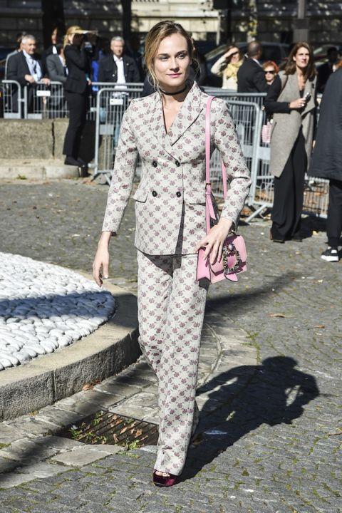 Trong bộ suit hoạt tiết của Miu Miu kết hợp cùng túi xách hồng và cao gót nhung đỏ