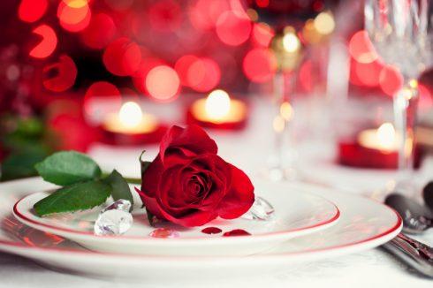 Bữa tối lãng mạn bên ánh nến.