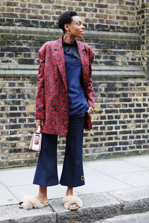 """Diện áo khoác Magda Butrym, quần ống loe Ellery, giày Chloe, túi Sophie Hulme, sơmi Tibi kết hợp cùng áo dây Intimissimi và bông tái, Donna khiến set đồ tưởng như """"khó nhằn"""" này trở nên vô cùng độc đáo mà không luộm thuộm"""