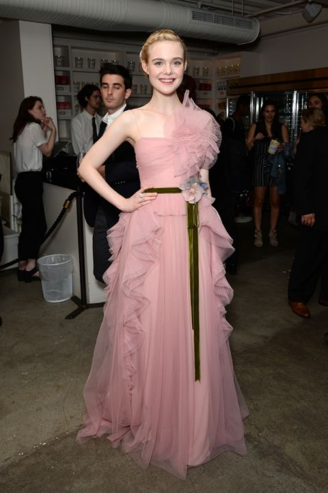 Chiếc đầm dạ hội của Gucci hoàn toàn phù hợp với vẻ đẹp mong manh và nước da trắng sứ của Elle Fanning.