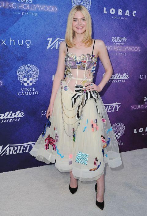 Tại sự kiện Vriety's Power Of Young Hollywood, Elle Fanning chọn cho mình một chiếc đầm vải sheer với những hình in đầy màu sắc của Gucci