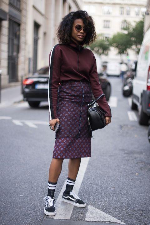 Tại Tuần lễ thời trang London tháng 9 vừa qua, Quammie kết hợp váy bút chì hoạ tiết cùng áo thể thao cùng tone mày và giày Vans cá tính.
