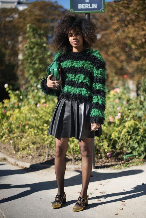 Cùng một đôi giày, lần này, Quammie kết hợp cùng váy da và áo lông sọc nang cá tính. Phụ kiện cùng tông khiến cô nàng vô cùng thời thượng.