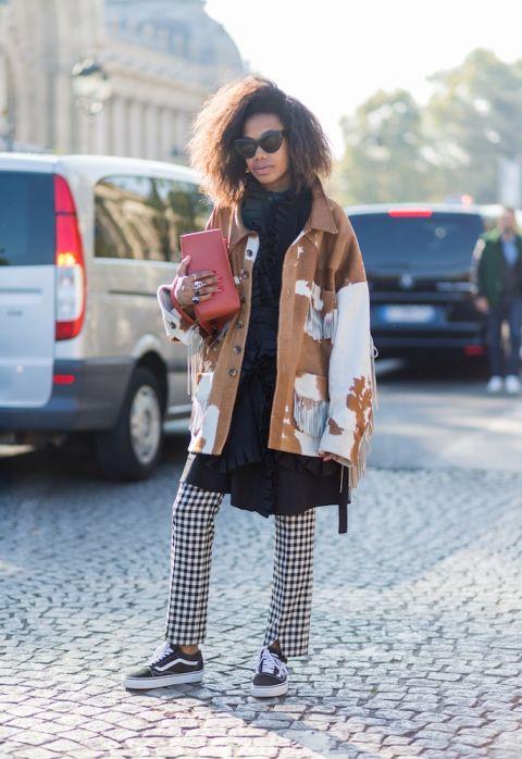 """Áo khoác freesize có lẽ là fashion item được cô gái này cưng chiều. Phong cách thời trang lạ mắt nhưng thời thượng khi kết hợp nhiều item tưởng như không liên quan với nhau chính là """"tài năng đặc biệt"""" của cô gái này."""