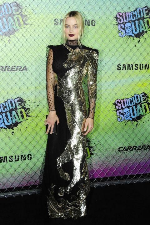 """Tại buổi ra mắt Suicide Squad tại London, trong thiết kế đầm dạ hội cùng hình ảnh Unicorn ánh kim của McQueen mang lại sự cá tính và vẻ thu hút đầy ma mị cho """"Harley Quinn"""""""