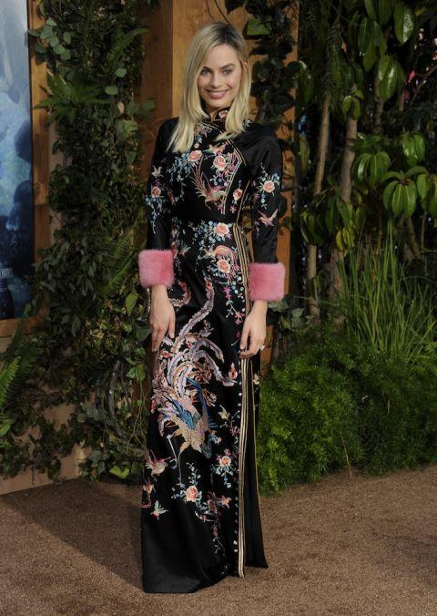 Nổi bật trong thiết kế mô phỏng như áo dài truyền thống Việt Nam cùng hoạ tiết thêu tinh xảo của Gucci tại buổi công chiếu The Legend of Tarzan tại LA