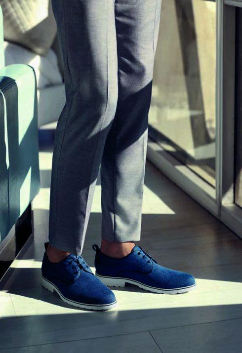 Bộ sưu tập dành cho các quý ông Là kiểu giày loafer, mẫu giày tây có buộc dây hay sneaker, tất cả đều được tạo nên từ sắc thái cognac, đen và xanh navy đến những tông màu trung tính như beige và xám nhạt. Nổi bật là sự xuất hiện của chất liệu da rắn có vân, kết cấu của da lộn và denim. Những mẫu giày nam mùa này thực sự mang lại một giới hạn mới về tính linh hoạt, phong cách tinh tế.