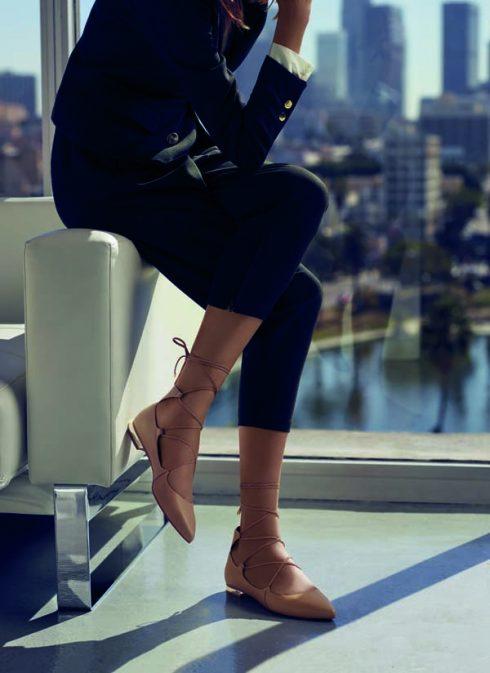 Bộ sưu tập dành cho các quý cô Là sự cân bằng hài hòa giữa nét tự tin rất nữ tính và sự sang trọng. Các thiết kế giày cao gót mũi nhọn bằng chất liệu kim loại dạng lưới, vải in hay kiểu dáng được cách tân cột dây và trải bóng mờ láng mịn chính là điểm nhấn của dòng sản phẩm cho nữ. Tông màu dàn trải dài từ cognac, đen, camel đến denim cho những kiểu dáng tinh tế và cả thiết kế mang dáng dấp cổ điển. Cho dù bạn đang khoác lên mình trang phục may đo, hay là những bộ quần áo giản đơn thường ngày, bộ sưu tập cũng sẽ tạo ra một tuyên ngôn riêng cho phong cách chính bạn.