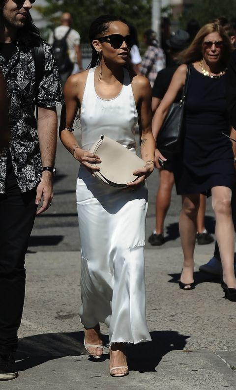 Tại Tuần lễ thời trang New York, Solange cá tính khi kết hợp áo khoác dáng dài vải sheer trong suốt cùng quần jeans và áo quây.