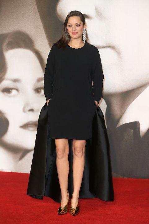 Marion trong buổi ra mắt phim Allied tại Châu Âu với thiết kế đầm đen thanh lịch của Stella McCartney
