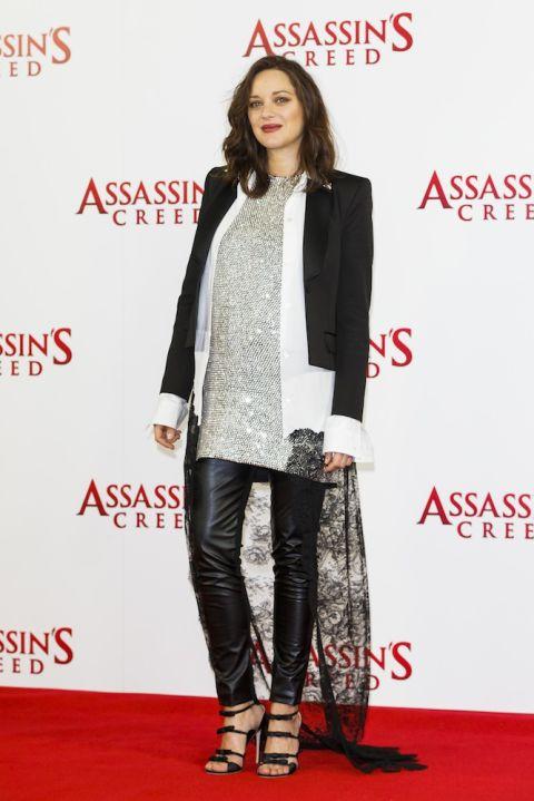 Tại buổi chụp hình cho Assasin's Creed, Marion kết hợp quần da Seraphine cùng áo ánh kim phối ren và blazer khoác ngoài.