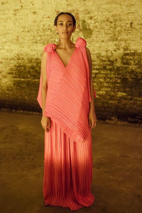 Diện thiết kế váy xếp ly hồng san hô lạ mắt tại bữa tiệc ra mắt Album mới của cô, A Seat At The Table.