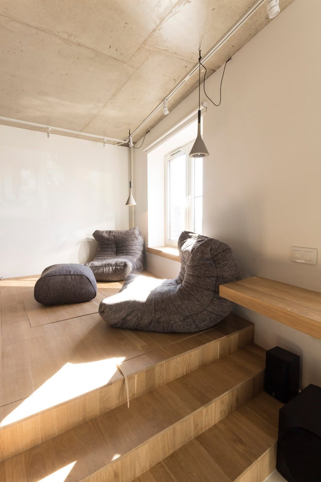 6.Upper-level-relaxation-space-wooden-grey-hanging-light-simple-square-window