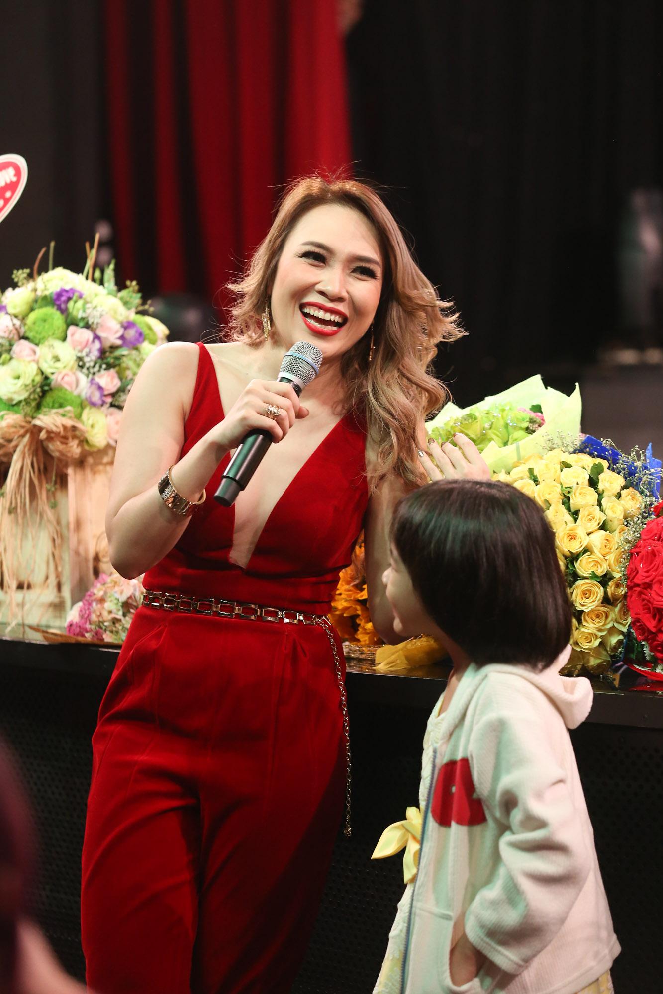 Mỹ Tâm liveshow Ô cửa màu xanh - elle vietnam