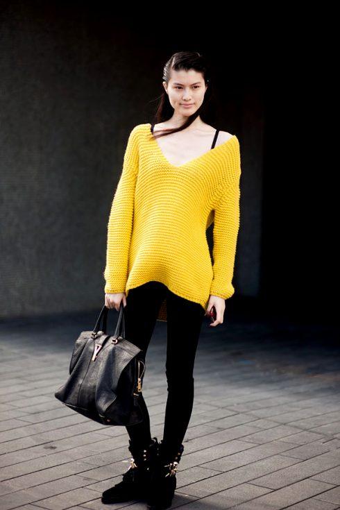 cách phối đồ với áo len màu vàng