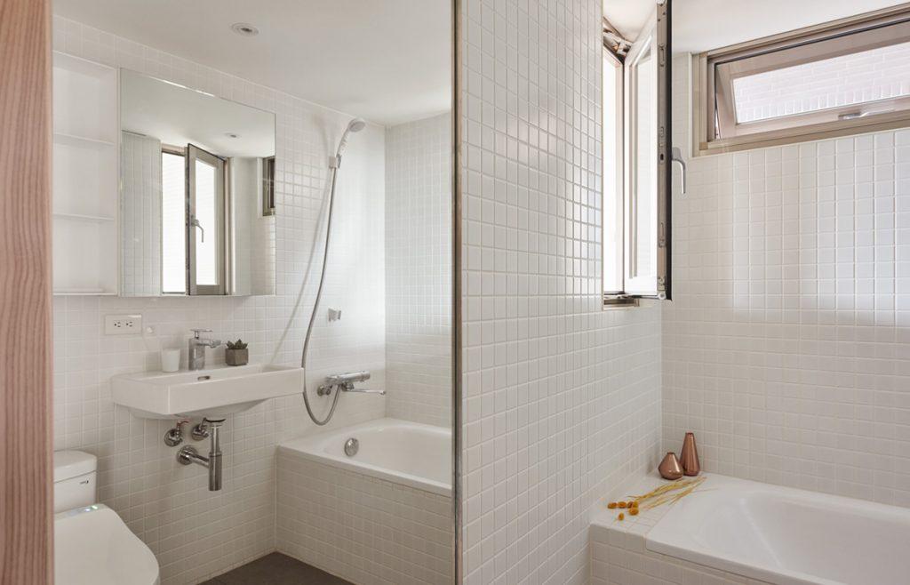 13.bright-white-tiled-bathroom