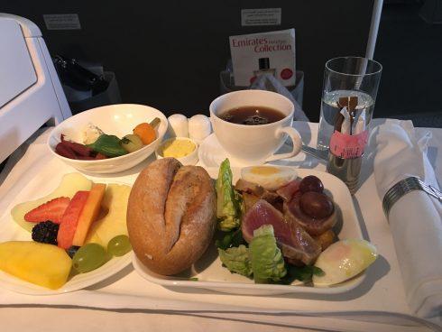 Suất ăn khoang hạng thương gia trên chuyến bay từ Dubai-Yangon-Hà Nội của hãng hàng không Emirates.
