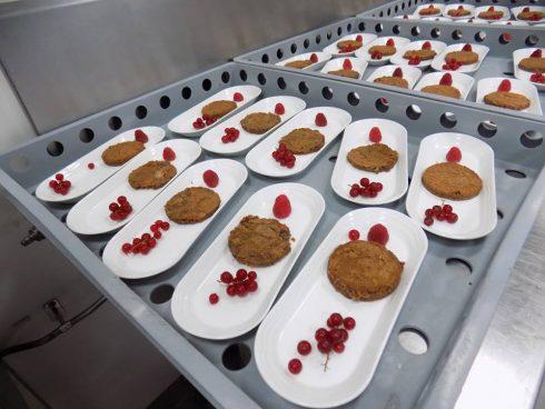 Để chuẩn bị 1 bữa ăn hoàn chỉnh, ước tính có khoảng 4500 người đang tham gia vào các công đoạn từ làm sạch, sắp xếp dụng cụ, sơ chế thực phẩm, chế biến món ăn...