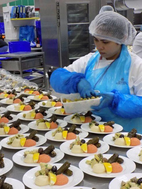 Mỗi công nhân sẽ đeo găng tay, đội mũ, mặc áo khi chuẩn bị món ăn để đảm bảo an toàn cho từng quy trình sản xuất.