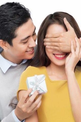 Vì sao các ông chồng hay... ngại chọn quà tặng vợ?