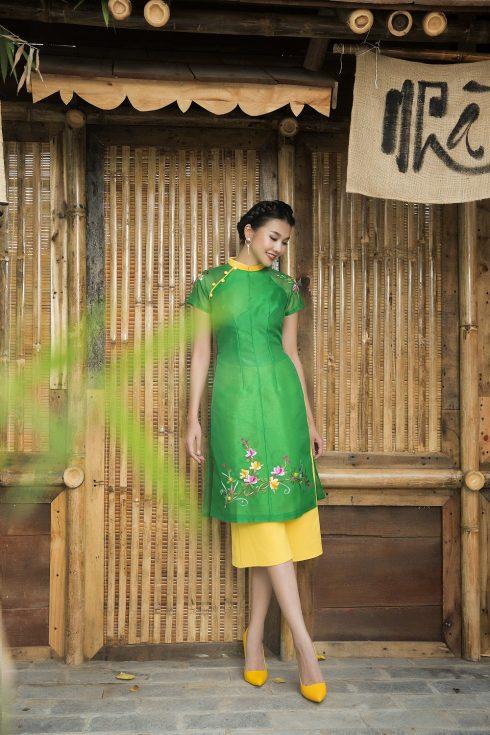 chọn quần áo dài cùng tông màu với họa tiết trên áo dài
