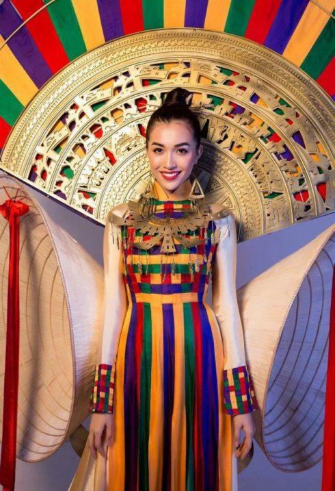 Lệ Hằng trong trang phục truyền thống